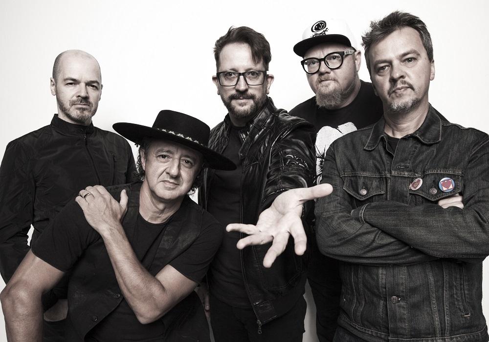 A bandaNenhumdeNósfaz pocket show gratuito da nova turnê em Curitiba