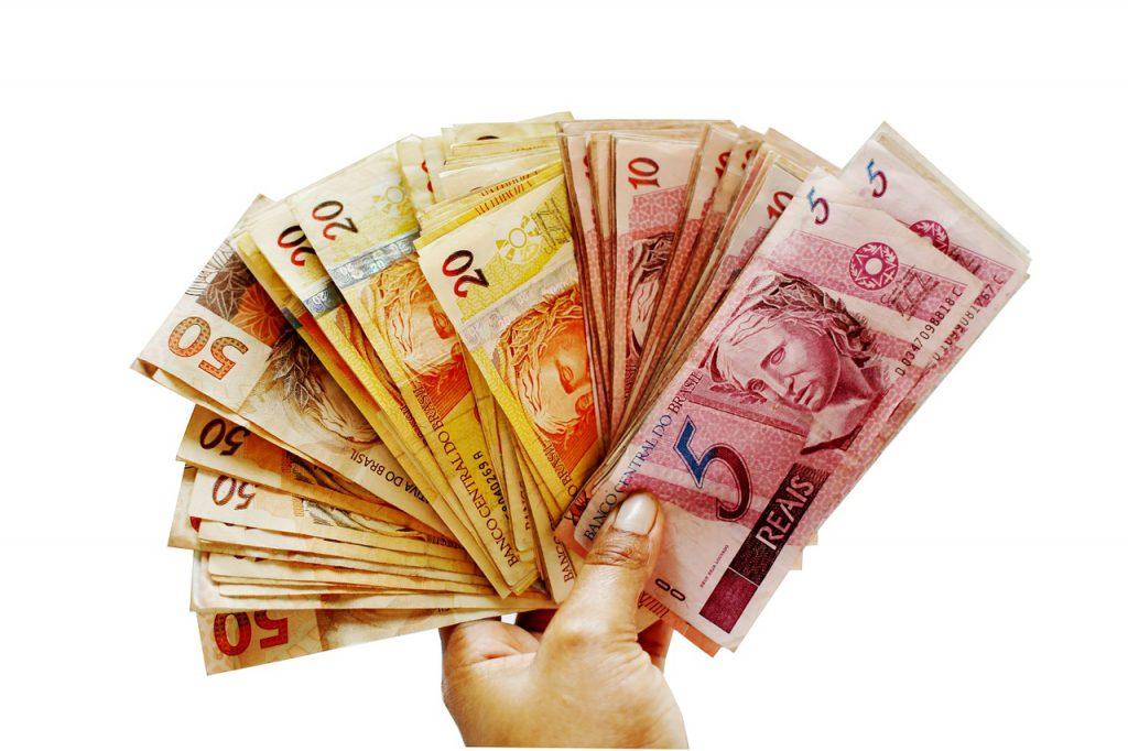 Com economia desfavorável, brasileiros mudam hábitos de consumo
