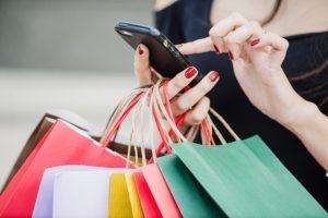 mulher-com-sacos-de-compras-segurando-smartphone_23-2147652180 consumidor